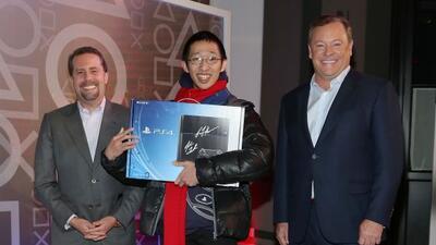 Joey Chiu, de Brooklin, fue el primer comprador de un PS4 en Estados Uni...