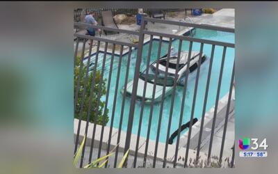 Camioneta termina sumergida en una piscina