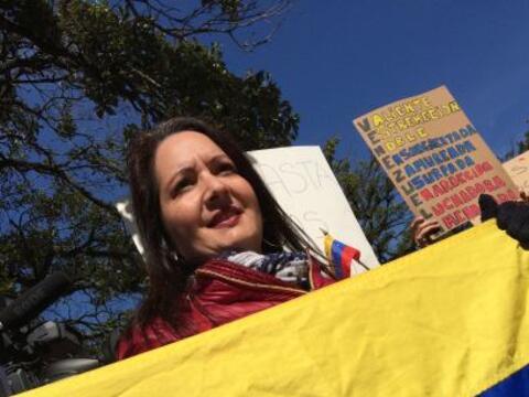 Venezolanos protestaron este jueves frente a la alcaldía por los...