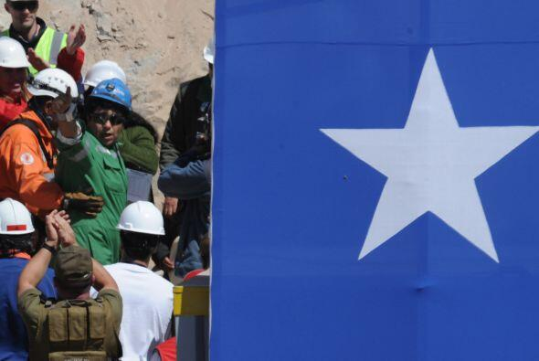 Los 33 mineros rescatados fueron recibidos como héroes en el palacio de...