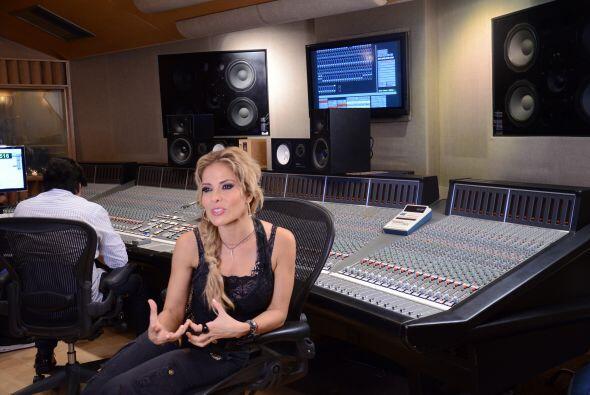 La cantante llegó preparada para ensayar, grabar el tema y hablar...