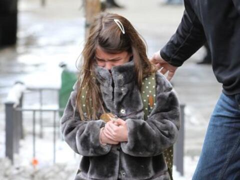 La nena de Tom Cruise y Katie Holmes salió de la escuela llorando...