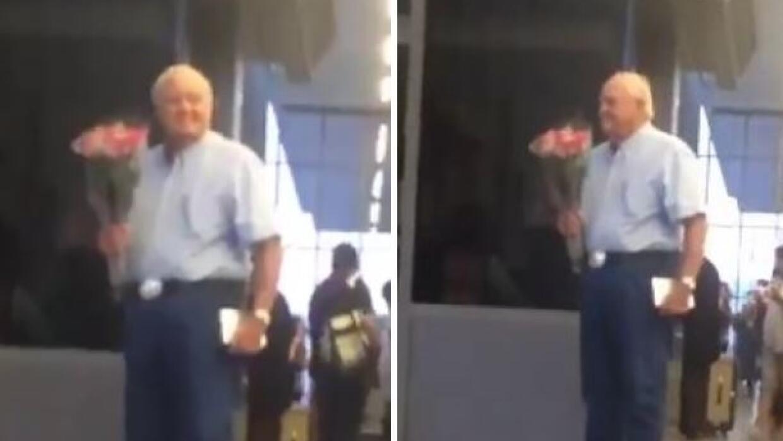 Hombre mayor espera su esposa con flores