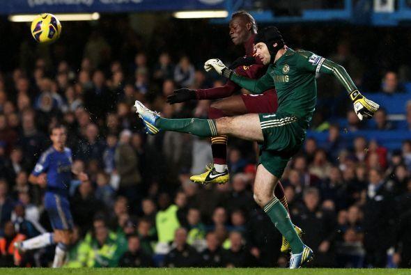 Petr Cech se empleó a fondo y trabajó horas extra evitando que cayeran g...