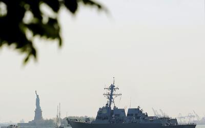 El USS Bainbridge (DDG 96) en el río Hudson, llegando a NYC.