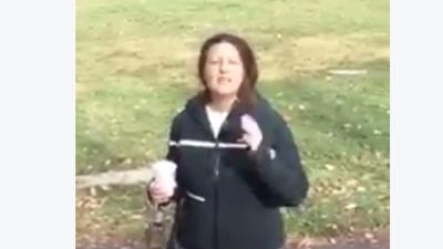 Captan a mujer lanzando un café a musulmán