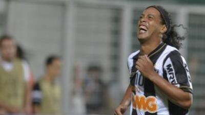 Ronaldinho Gaúcho se sometió a una cirugía estética en las encías y dien...