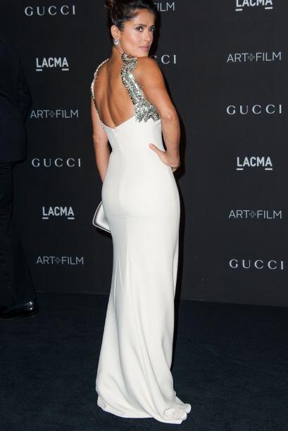 Salma brilló con el vestido marfil con tirantes que tenían aplicaciones...