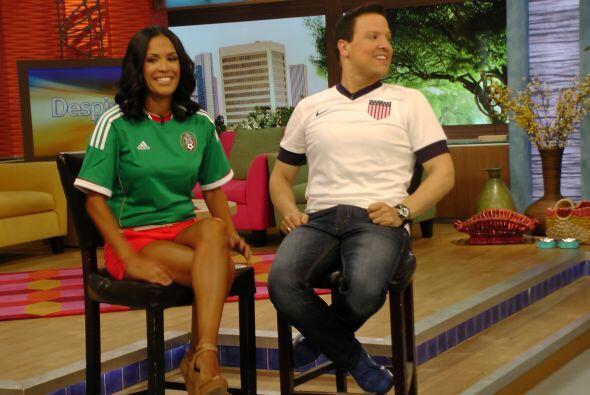 Karla se puso la verde para apoyar a la selección mexicana y Raúl se inc...