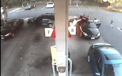 Llamas en una estación de gasolina tras un choque entre autos