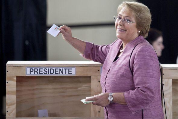 Tras sufragar, Bachelet se dio el tiempo de saludar a cientos de persona...
