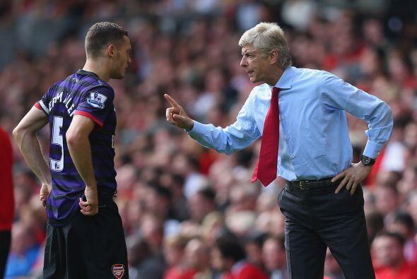 Arsene Wenger daba instrucciones a sus jugadores, que no podían permitir...