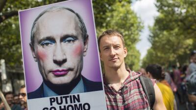 Un hombre con un cartel con la imagen de Vladimir Putin maquillado que d...