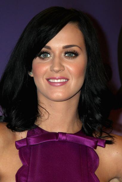 Katy se olvidó del cabello rebelde y comenzó a jugar con ondas y accesor...