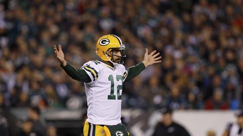 Aaron Rodgers mete increíble pase de touchdown entre las manos del defen...