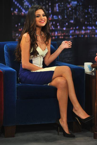 Y así, enfundada en un vestido beige con toques azules llegó al show Lat...