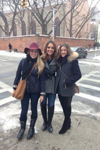 Andrea paseando por Nueva York con su prima y hermana.