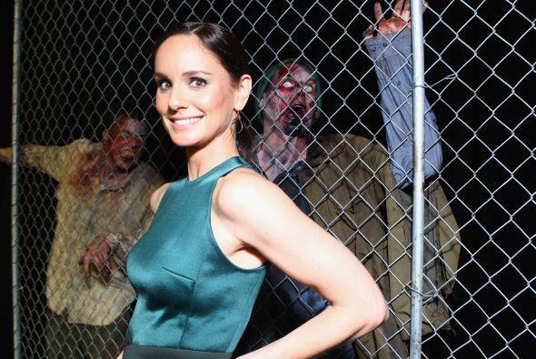 Sarah con unos juguetones zombis al fondo. Mira aquí los videos más chis...