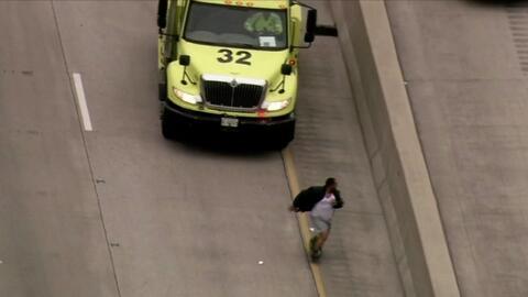 Cierran autopista en Chicago por un hombre que corría con los pantalones...