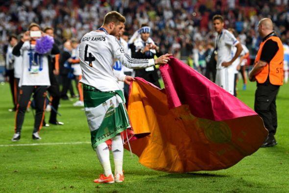 Sergio Ramos tomó el tradicional capote de torero que popularizó Raúl.