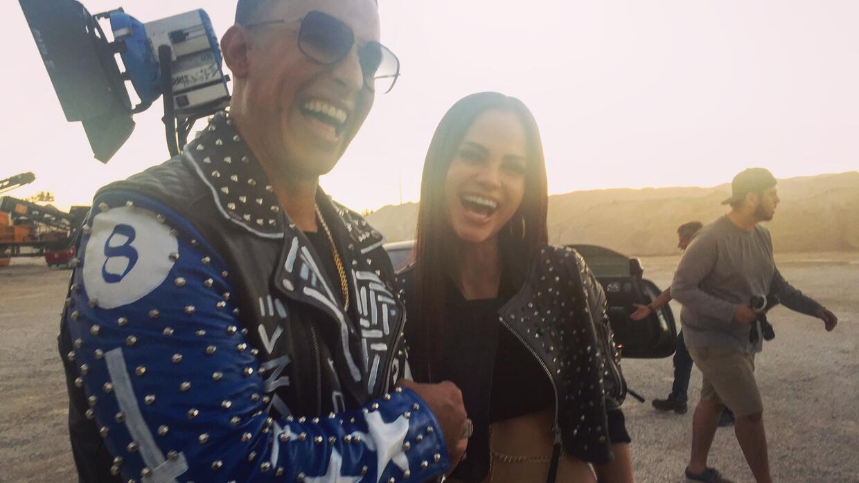 Daddy Yankee y Natti Natasha ríen en el rodaje de 'Otra cosa'.