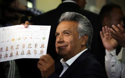 El candidato Lenín Moreno emite su voto durante los comicios en E...