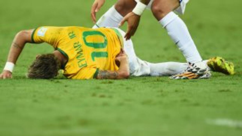 Neymar tras sufrir la patada de Zúñiga en el juego contra Colombia.