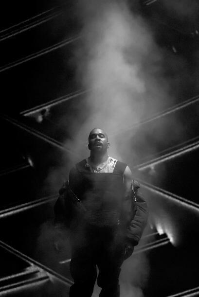 El rapero llenó de efectos especiales el escenario para lucirse como sie...