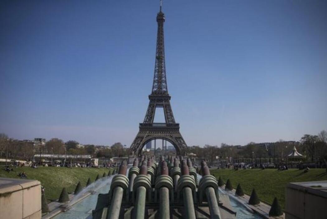 Sus 10.100 toneladas de hierro soportan además el peso de las capas de p...
