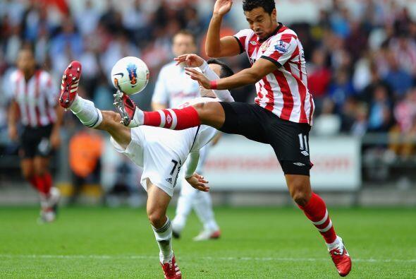 El baile de las piernas en plena Liga Premier.
