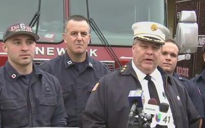 Varios bomberos y policías ayudaron al nacimiento de un bebé en un apart...