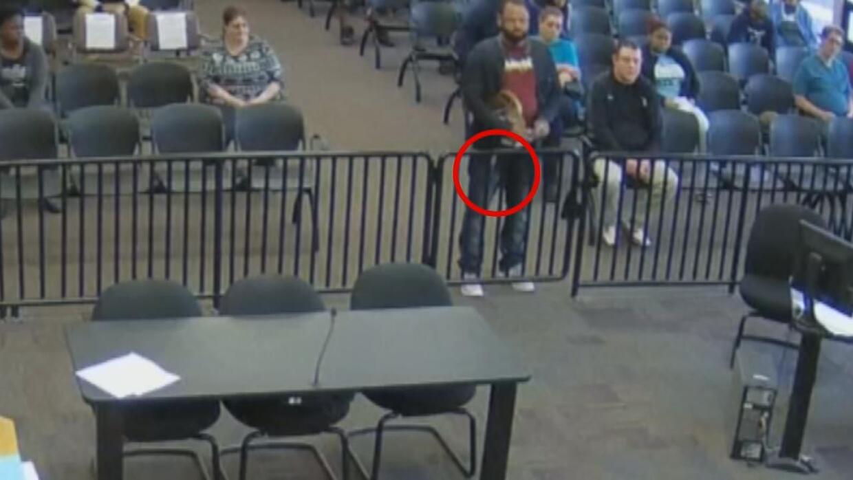 En video: A este acusado se le cayó una bolsa de cocaína en plena corte
