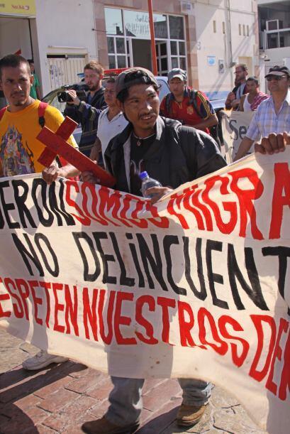 Los manifestantes recorren al lado de las vías del ferrocarril, entre 26...