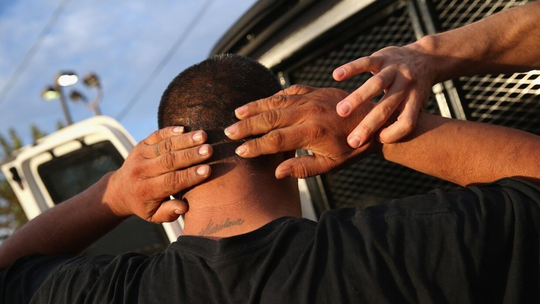 Agentes de ICE detienen un inmigrante en octubre de 2015 en Los Á...