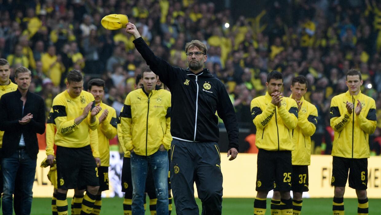 Juergen Klopp se despide  tras dirigir su último partido con el Dortmund.