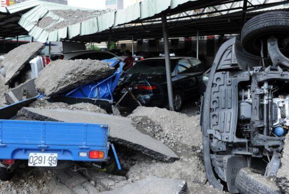 Una motocicleta y otros escombros quedaron diseminados en medio de la ca...