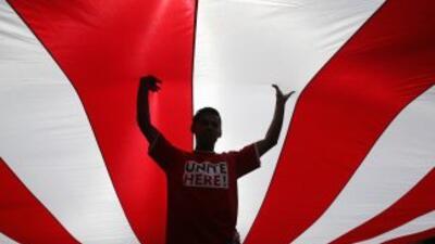 Activista de inmigración sostienene una bandera en Los Ángeles.