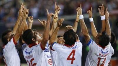 Jugadores del Nacional de Paraguay festejando el primer gol contra el De...