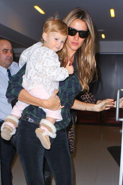 Gisele llegó al aeropuerto de Los Angeles con su nena en brazos....
