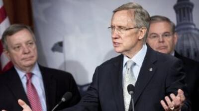 Los senadores demócratas Dick Durban (izquierda), Harry Reid (centro) y...