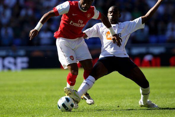 Arsenal y Bolton protagonizaron el único juego dominical de la fe...