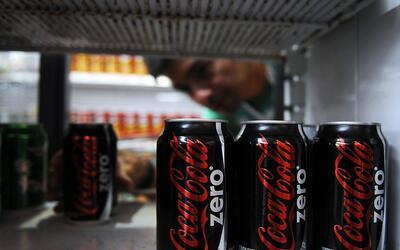 Un anaquel con Coca Cola en un supermercado de Caracas, Venezuela.