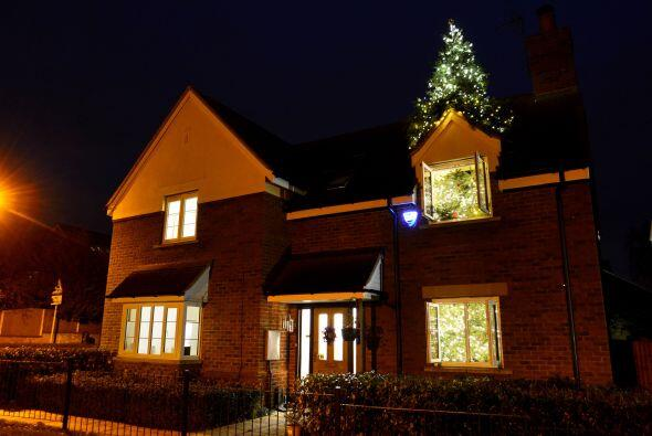 El hogar de los Pennistons luce increíble en la noche cuando los...