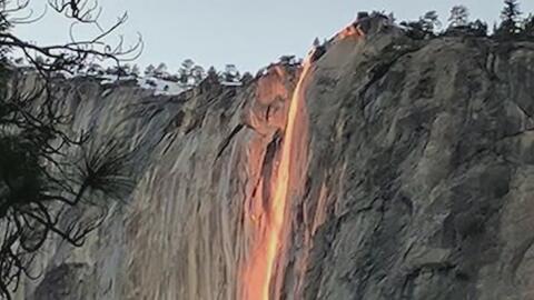 Cascada de agua parece convertirse en fuego en el Parque Nacional de Yos...