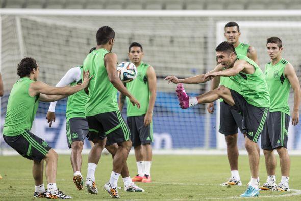 Inmejorable ambiente en el equipo mexicano a la derecha de la foto el 'v...