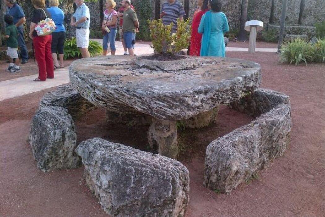 Su romanticismo lo impulsó a esculpir una mesa en forma de corazón de 50...