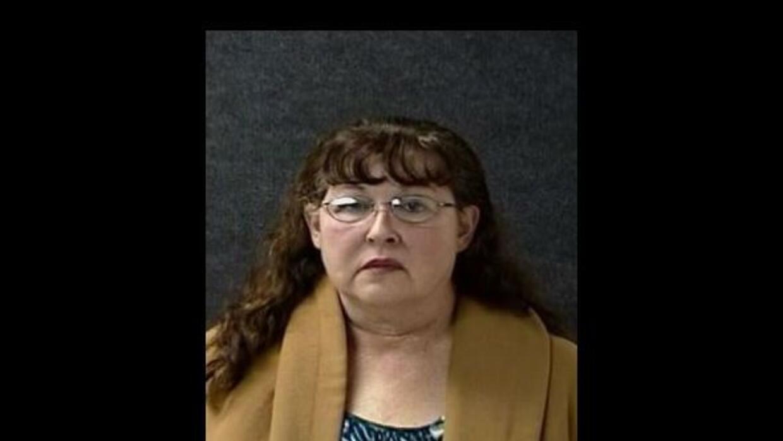 Theresa Green Mirelesfue arrestada por robar un collar del cuerpo de un...