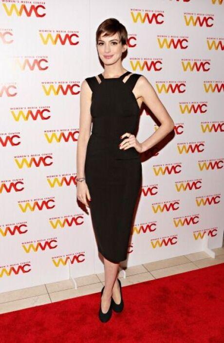 Anne Hathaway es otra 'clientaza' de Victoria Beckham. ¿A poco no se vio...