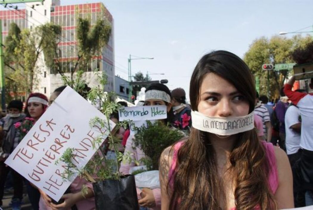 Miles de personas marcharon este miércoles 2 de octubre de 2013, durante...