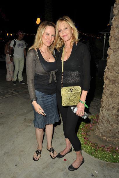 Melanie Griffith y Michelle Pfeiffer muy frescas en prendas transl&uacut...
